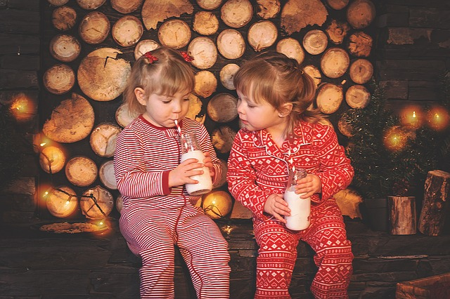 dzieci piją mleko